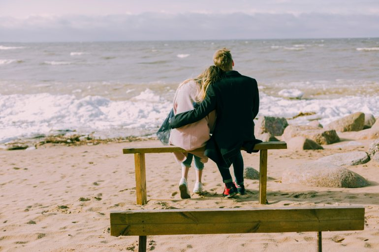 beach-bench-couple-698882